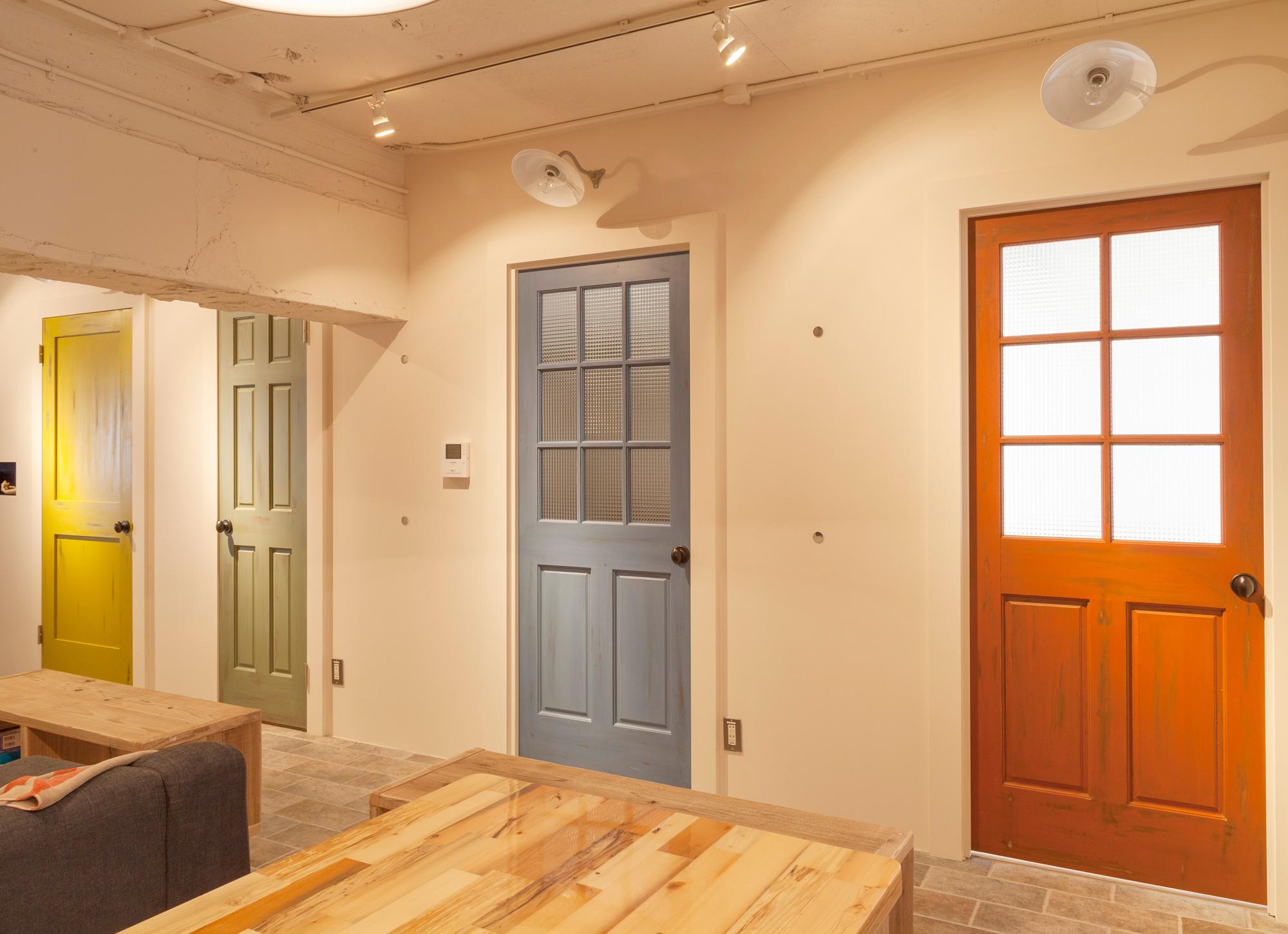 4色に塗り分けられたドア
