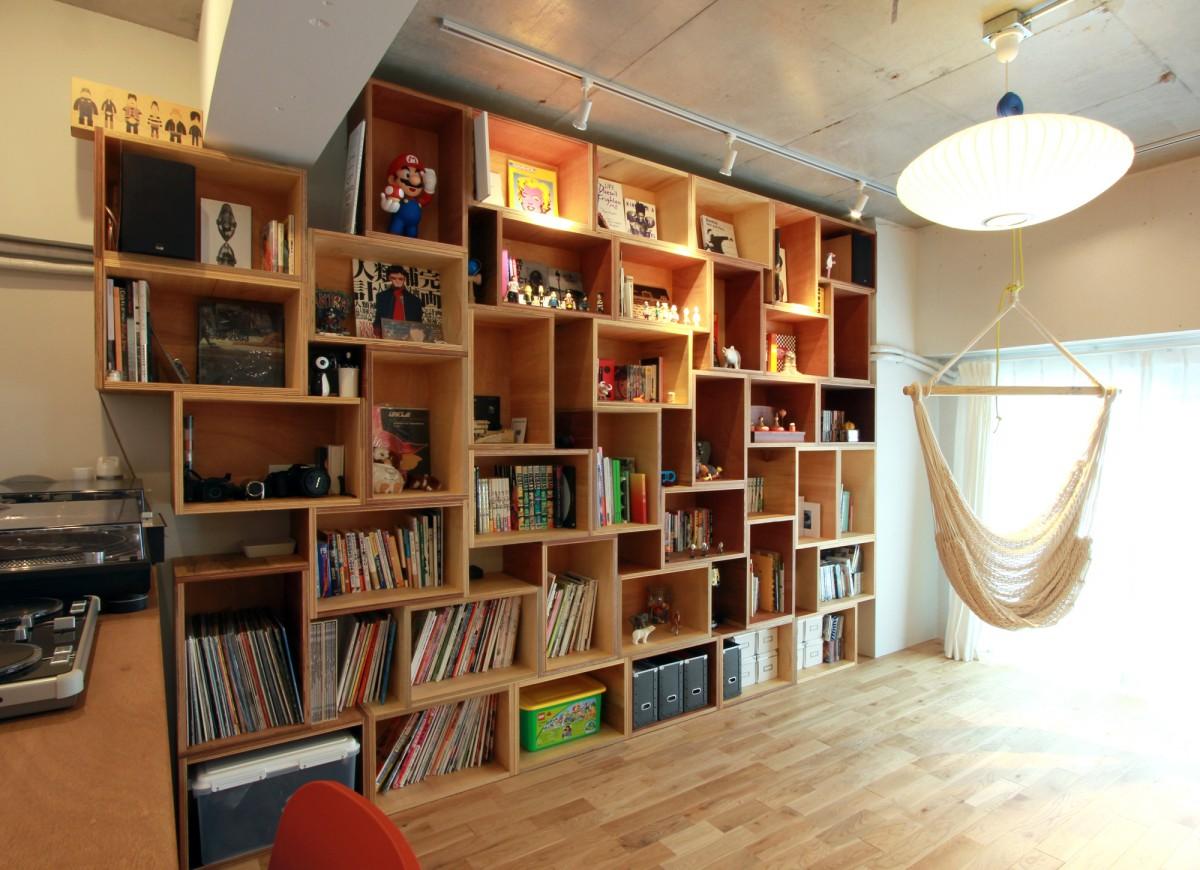 39個の木のボックスを配置した本棚