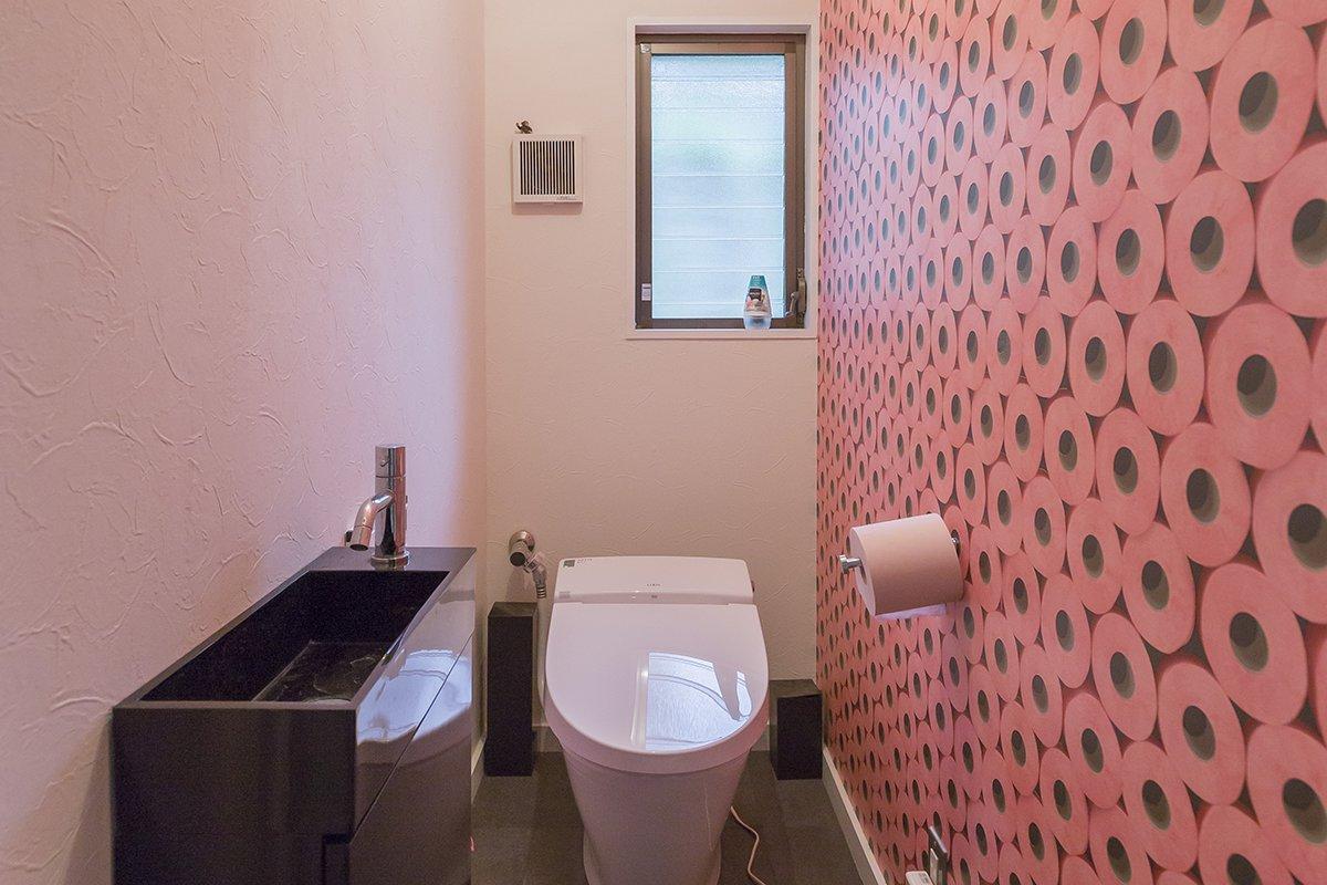 インパクトある壁紙のトイレ