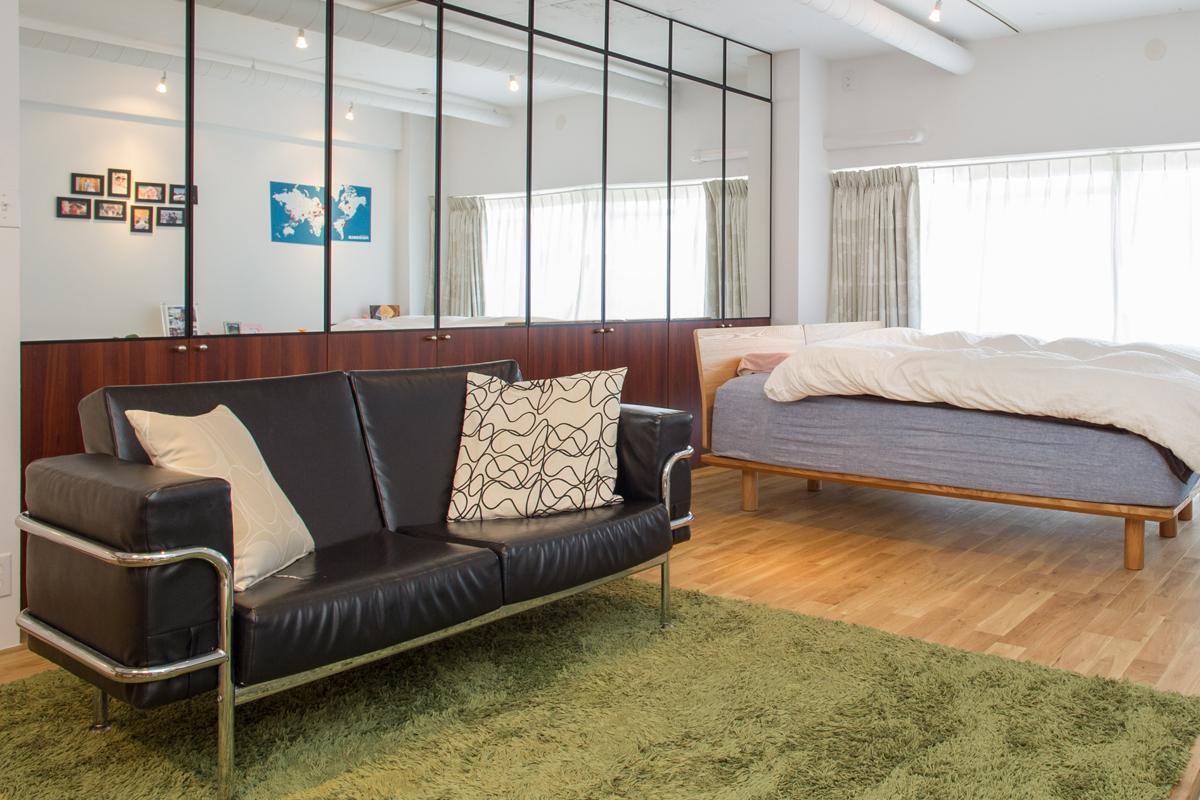 デザイナーズ家具の代名詞・コルビュジエのソファが引き締めるリビング。