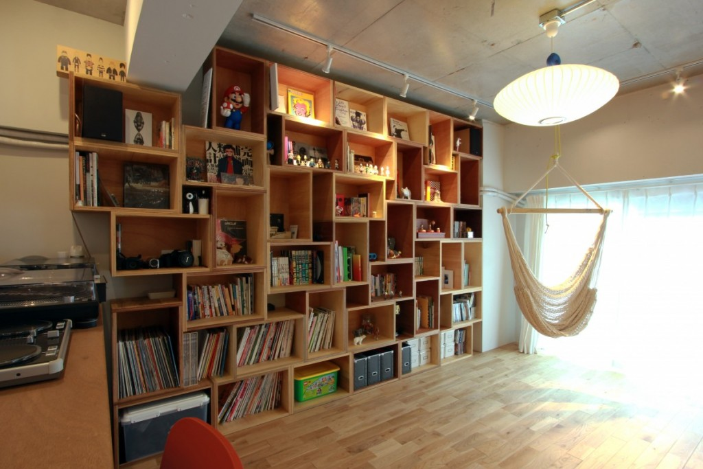 造作の本棚があるリビング