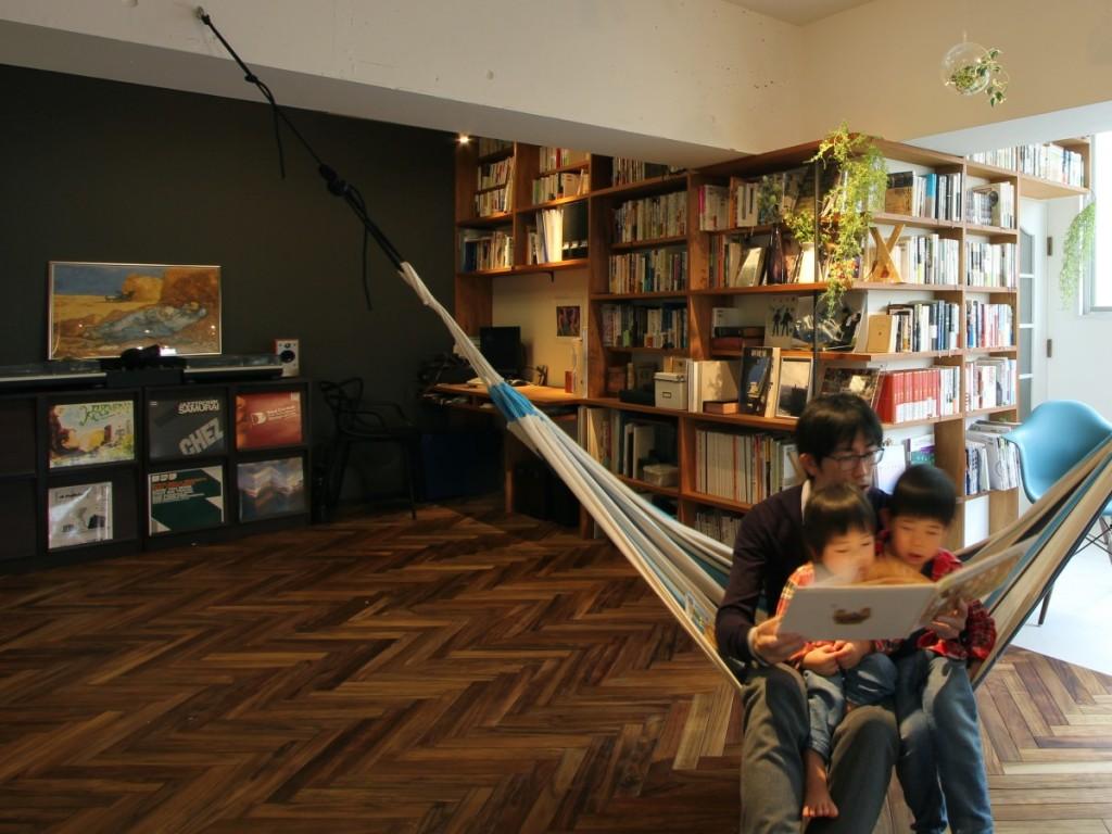 ヘリンボーンの床と造作の本棚