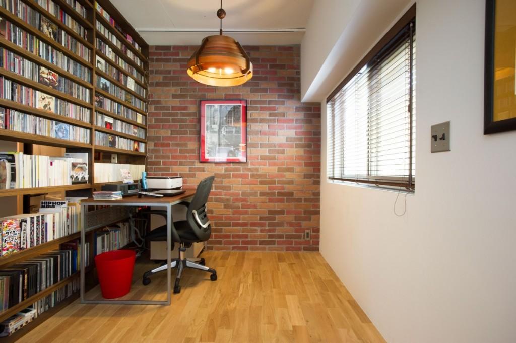 書斎の壁一面の本棚
