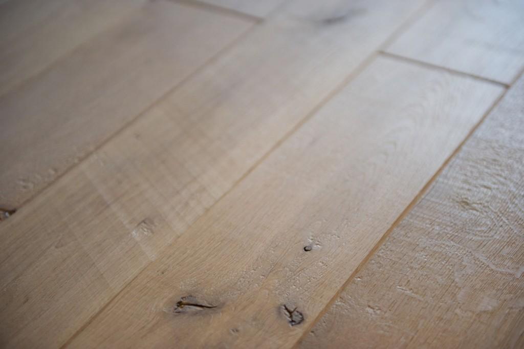 フローリング幅や張り方パターン:木の質感がより感じられる幅広の無垢材フローリング